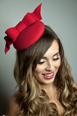 Red mini beret round percher hat with bow guest at a wedding day at the races (1)